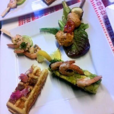 Assiette dégustation: Gaufre de banane plantain, avocat crevette, brochette de poulet et brochette de crevette / dhuama traiteur africain